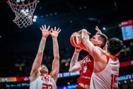 Lenkai po dramatiškos kovos su Kinija iškovojo bilietą į kitą etapą