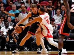 """Neįtikėtiną kėlinį sužaidusi """"Heat"""" sutriuškino """"Rockets"""""""