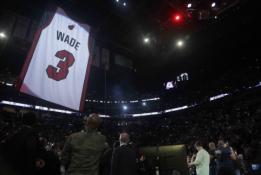 """""""Heat"""" pagerbė D.Wade'ą iškeldami jo marškinėlius į arenos palubes"""
