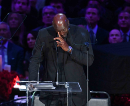 Legendinis M.Jordanas pravirko K.Bryanto pagerbimo ceremonijoje