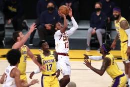 """""""Knicks"""" nusitaikė į vieną iš """"Lakers"""" lyderių"""