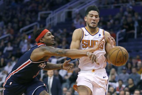 """""""Hawks"""" ruošiasi siūlyti penkis žaidėjus už """"Suns"""" lyderį D. Bookerį"""