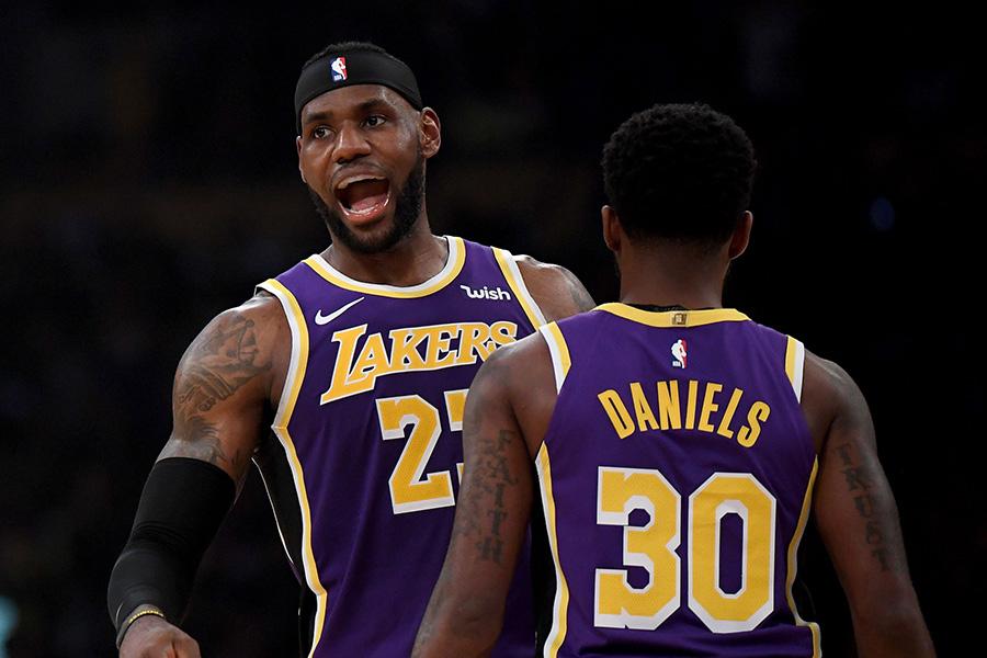 """Driokstelėjęs L.James padėjo """"Lakers"""" pasiekti pirmąją pergalę"""